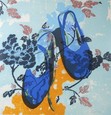 Maria Luisa Sanz - Blue Shoes - 102 x 97,5 cm - Zeefdruk op papier - in zilverkleurige kunststof lijst
